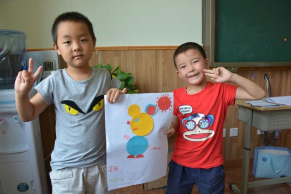 孩子们用各种图形拼成的小动物
